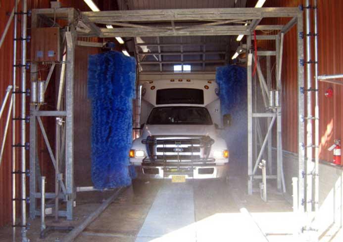 Stor bil der vaskes i vaskeanlæg fra NoviClean