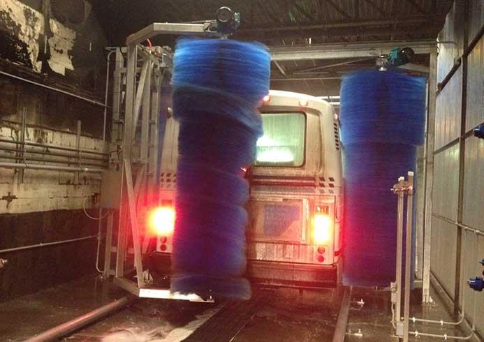 Bus der vaskes i vaskeanlæg fra NoviClean