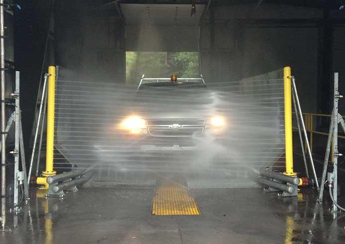 Bil der vaskes i et skræddersyet vaskesystem