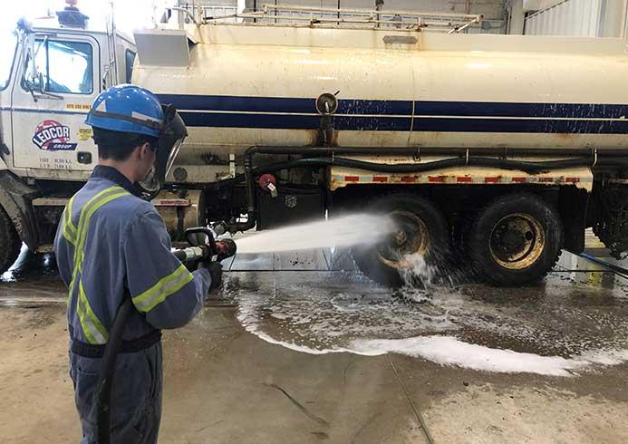 Mand der manuelt vasker lastbil - NoviClean