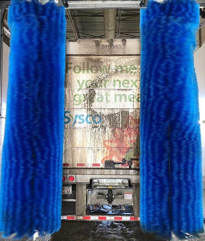 Lastbil der vasket i vaskeanlæg til lastbiler fra NoviClean