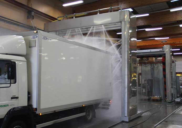 Lastbil der vaskes i et vaskeanlæg fra NoviClean