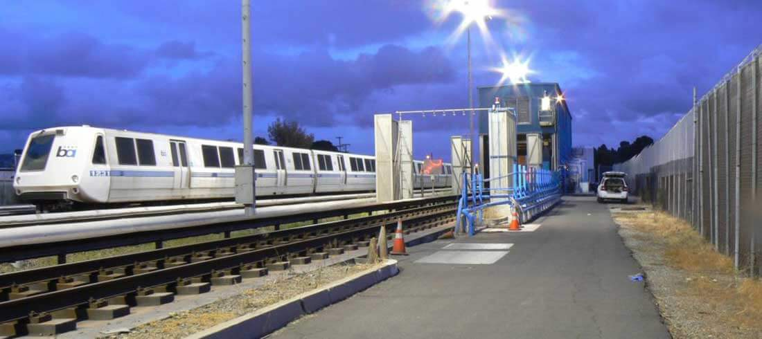 Udendørs vaskehal til tog på perronen med tog i baggrunden