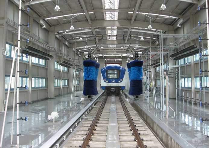 Indendørs vaskehal til tog set indefra med tog i midten