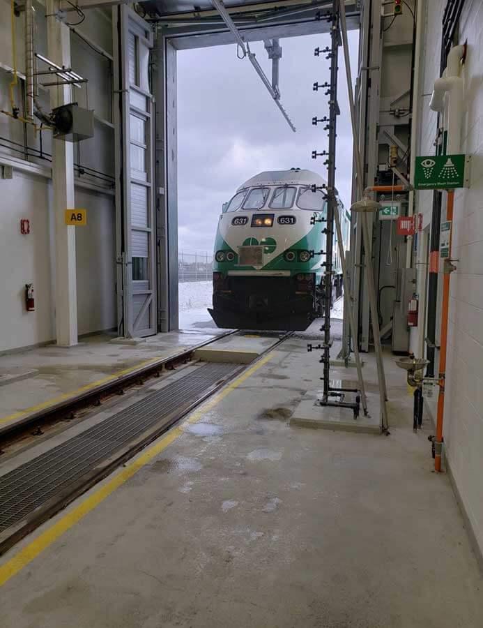 Tog kører ind i fuldautomatisk vaskehal